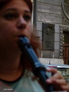 אסנת גולדפרב ארזואן מנגנת בחלילית אלט צילום: יואל סלפק